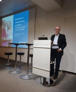 Juha Telkkinen ja Moomin Language School vuoden 2018 Educa-messuilla.
