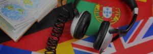 Kuulokkeet ja eri maiden lippuja pöydällä