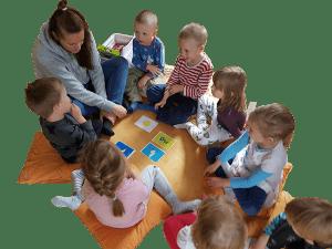 Päiväkodin opettaja vetää Moomin Language School leikkituokiota