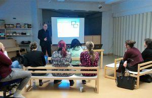 Juha Telkkinen esittelee päiväkodin opettajille Moomin Language School kielenoppimispalvelua