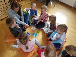 Opettaja järjestää Moomin Language School leikkituokion
