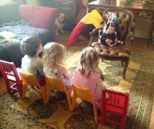 Ruotsinsuomalaisia lapsia odottamassa opettajaansa