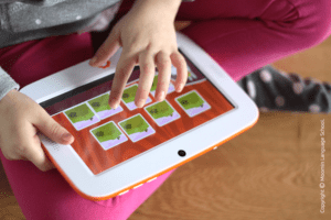 Lapsi opiskelee tabletilla kieliä Moomin Language Schoolin avulla
