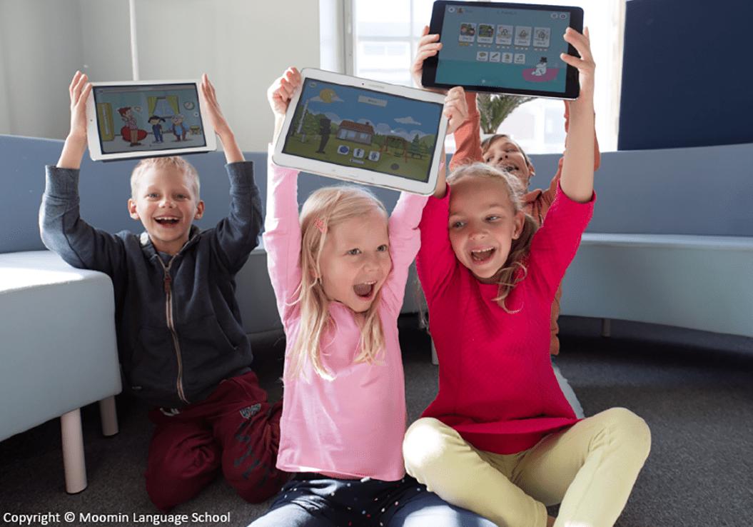 Lapset opiskelevat kieliä Moomin Language Schoolin avulla
