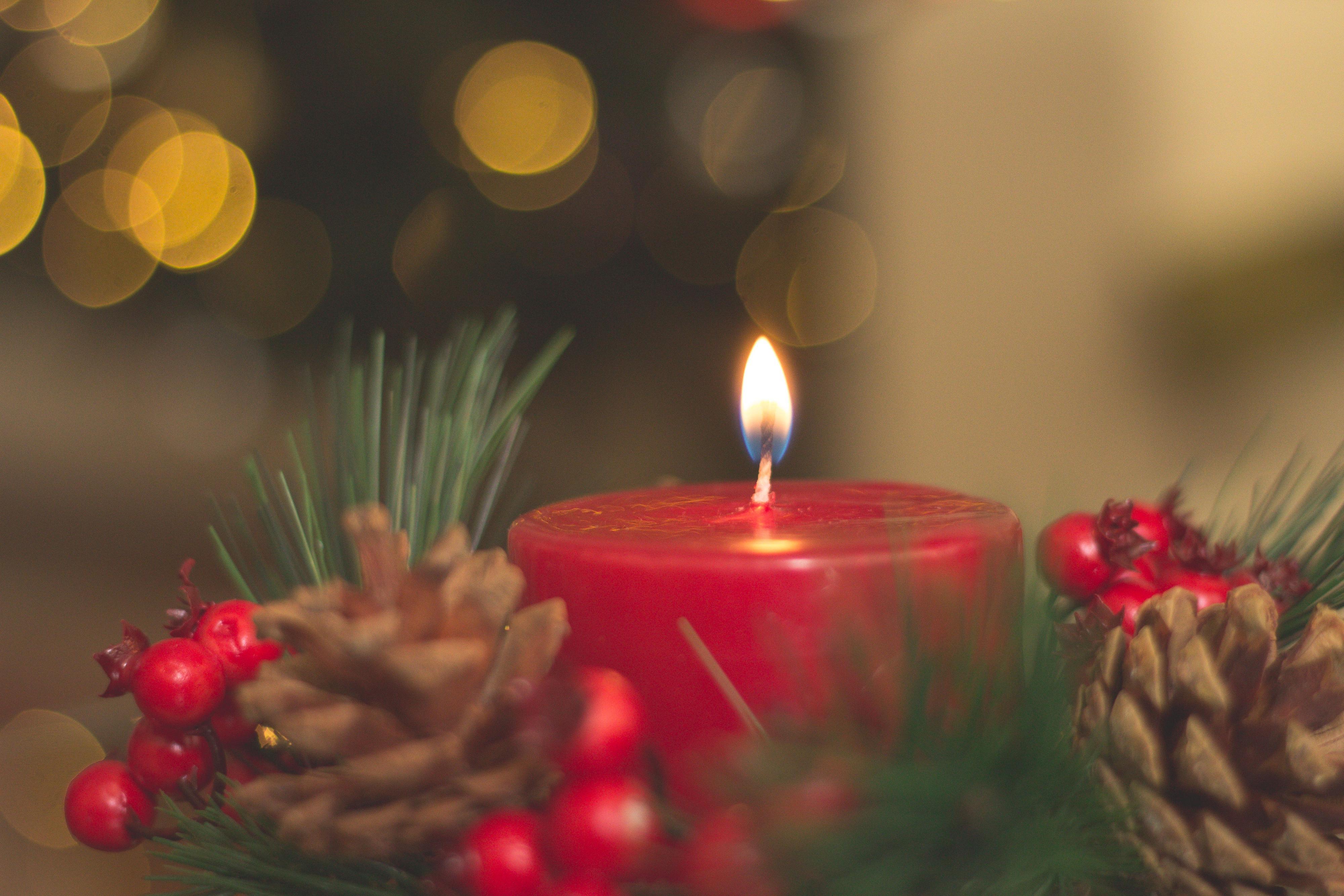 Joulukoristeita ja kynttilä